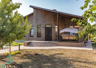 Фотография красивого одноэтажного дома с террасой