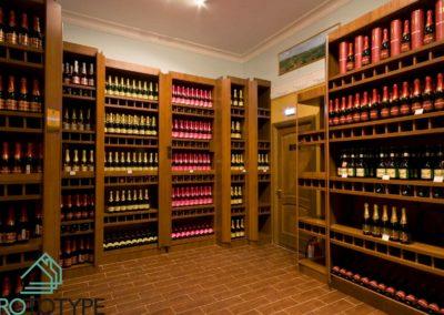 Фотография стеллажей винного магазина