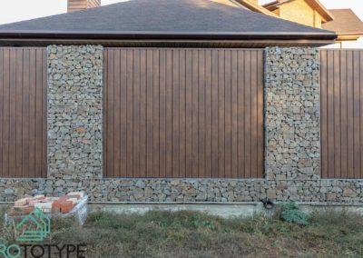 Забор из габионов с заполнением металлической рейкой