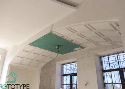 Реализация кухни с потолком виде классической арки