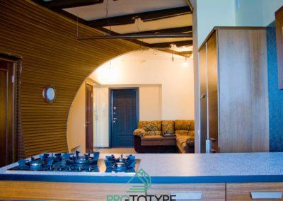 Вид с кухни на входную дверь в квартиру